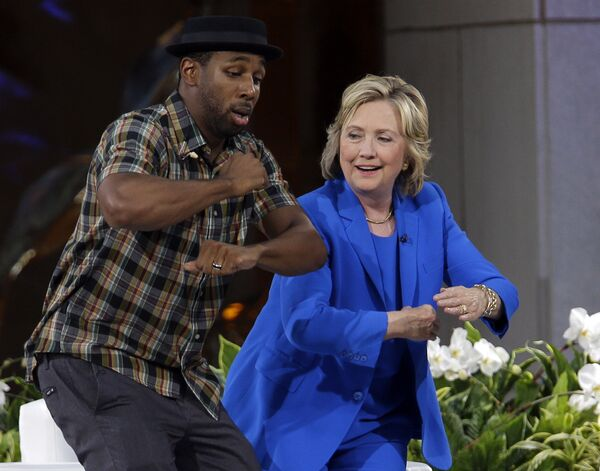 """Ứng viên Tổng thống Hoa Kỳ Hillary Clinton khiêu vũ với DJ Stephen tWitch"""" Boss ở New York, năm 2015 - Sputnik Việt Nam"""