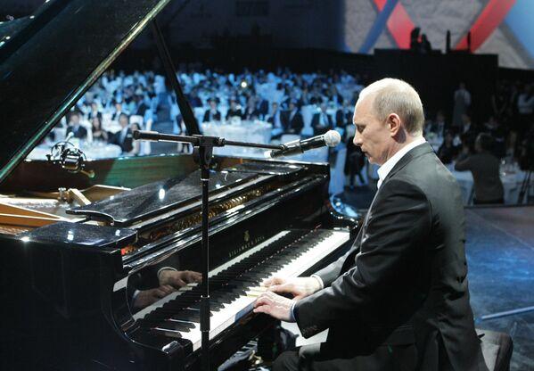 Ông Vladimir Putin trong buổi hòa nhạc từ thiện giúp đỡ bệnh nhi ung thư tại Saint-Peterburg, năm 2010 - Sputnik Việt Nam
