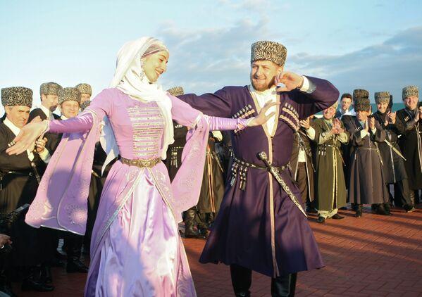 Ông Ramzan Kadyrov đứng đầu Cộng hòa Chechnya trong lễ kỷ niệm Ngày hội ngôn ngữ Chechen - Sputnik Việt Nam