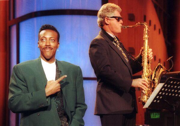 Tổng thống Hoa Kỳ Bill Clinton chơi kèn saxophone trong một chương trình truyền hình, năm 1992 - Sputnik Việt Nam