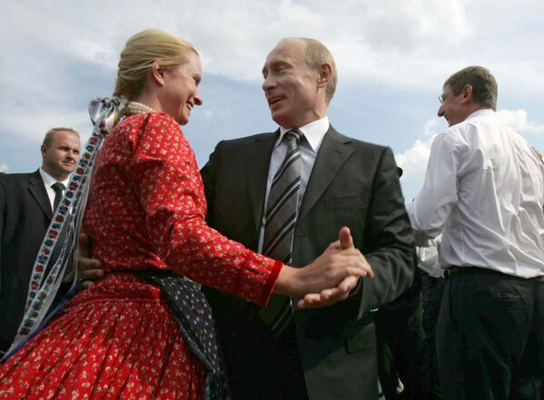 Tổng thống Nga Vladimir Putin tại Hội chợ Nghệ nhân ở Saransk, năm 2007 - Sputnik Việt Nam