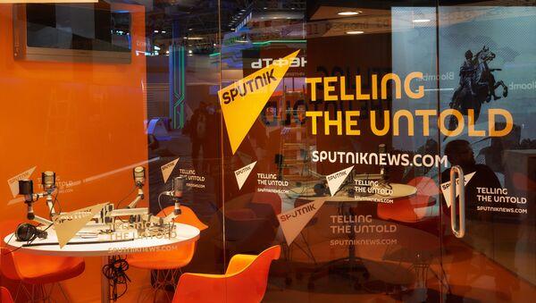 Павильон информационного агентства Sputnik перед открытием Петербургского международного экономического форума 2015 - Sputnik Việt Nam