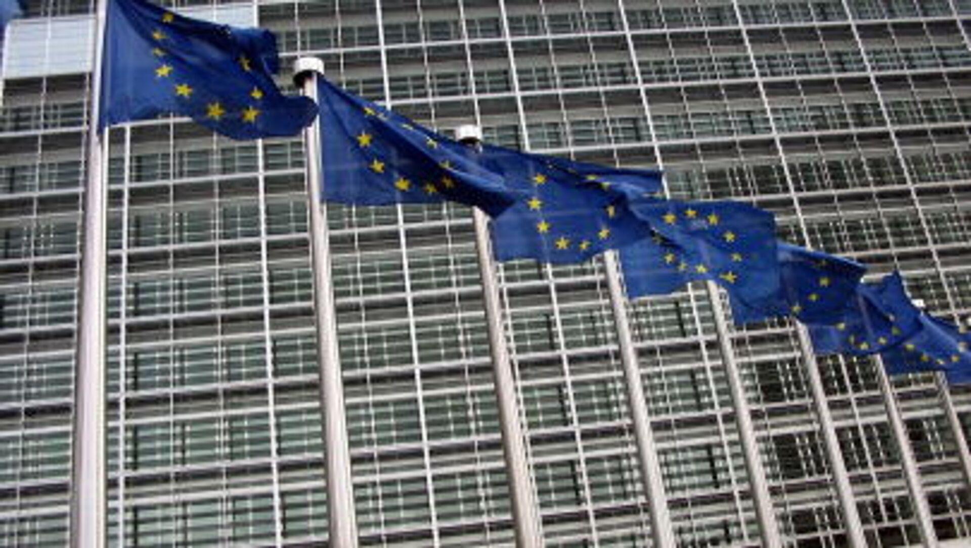 Những lá cờ của EU trên tòa nhà trụ sở Ủy ban châu Âu - Sputnik Việt Nam, 1920, 15.04.2021