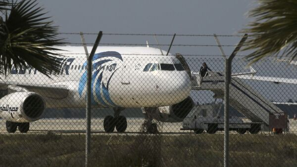 Захваченный самолет Egypt Air в аэропорту Ларнаки - Sputnik Việt Nam
