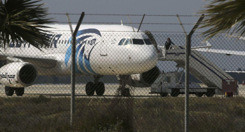 Захваченный самолет Egypt Air в аэропорту Ларнаки