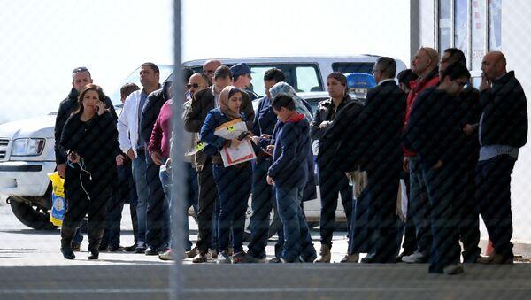 Hành khách được giải cứu khỏi chiếc máy bay bị bắt cóc tại sân bay Larnaca - Sputnik Việt Nam