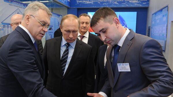 Tổng giám đốc tập đoàn Almaz-Antey Yan Novikov và Tổng thống Nga Vladimir Putin - Sputnik Việt Nam