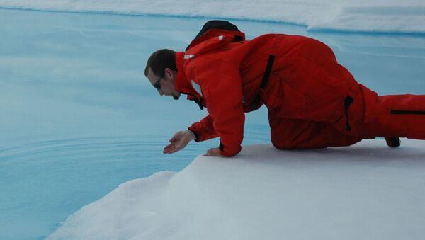 Nhà khoa học lấy mẫu nước ở Bắc Cực - Sputnik Việt Nam