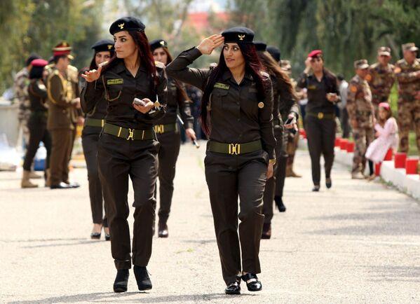 Nữ quân nhân người Kurd Peshmerga trong lễ trao văn bằng tại Học viện Cảnh sát ở Iraq - Sputnik Việt Nam
