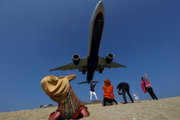 Khách du lịch chụp hình máy bay tại Phuket, Thái Lan - Sputnik Việt Nam