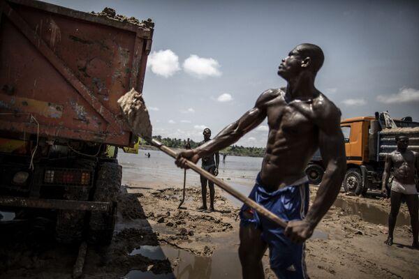 Chất cát lên xe ở bờ sông Congo khu vực Brazzaville - Sputnik Việt Nam