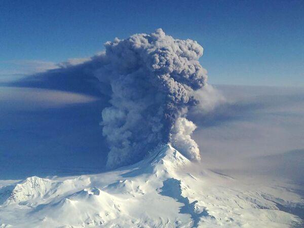 Núi lửa Pavlov phun trào trên quần đảo Aleutian - Sputnik Việt Nam