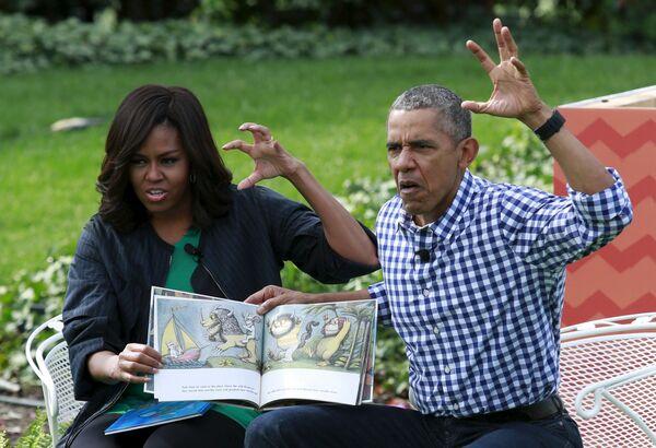 """Tổng thống Hoa Kỳ  Barack Obama và phu nhân Michelle trong lúc đọc  cuốn sách Ở nơi sống của quái vật""""  tại Washington, DC - Sputnik Việt Nam"""