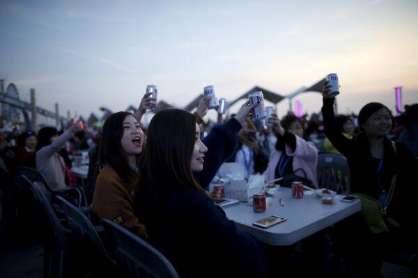 Các du khách Trung Quốc trong bữa tiệc ở thành phố Incheon, Hàn Quốc - Sputnik Việt Nam