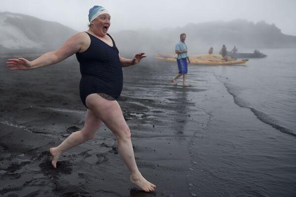 Du khách tắm suối nước nóng trên hòn đảo Deception ở Nam Cực - Sputnik Việt Nam