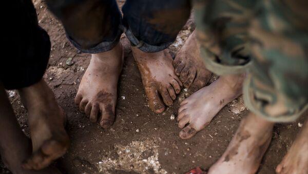 Trẻ em Syria đi chân đất trong trại tị nạn gần tỉnh Idlib, Syria - Sputnik Việt Nam