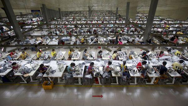 Nhà máy sản xuất may mặc gần Hà Nội, Việt Nam - Sputnik Việt Nam
