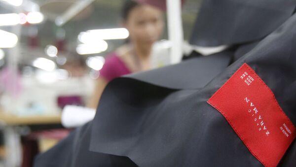 Các công nhân một nhà máy dệt ở Hà Nội, Việt Nam - Sputnik Việt Nam