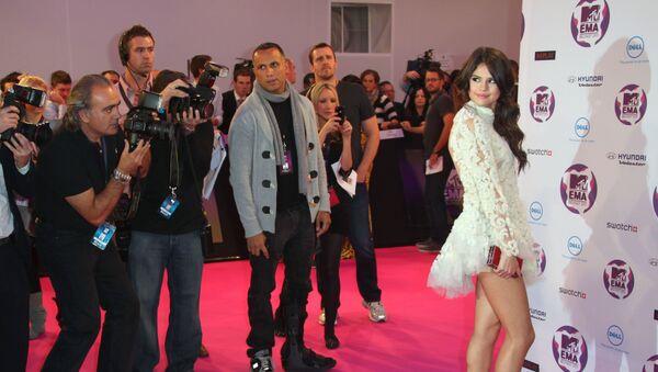 Nữ diễn viên người Mỹ và ca sĩ Selena Gomez xuất hiện trong danh sách với vai ngôi sao thảm đỏ gợi cảm nhất. - Sputnik Việt Nam