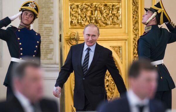 Tổng thống Vladimir Putin trước phiên họp Ban tổ chức Chiến thắng của Nga trong điện Kremlin - Sputnik Việt Nam