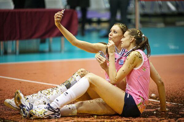 Các nữ cầu thủ của đội Dynamo Anastasia Samoilenko và Ekaterina Efimova sau chiến thắng trong trận chung kết giải Cup CEV ở Thổ Nhĩ Kỳ - Sputnik Việt Nam