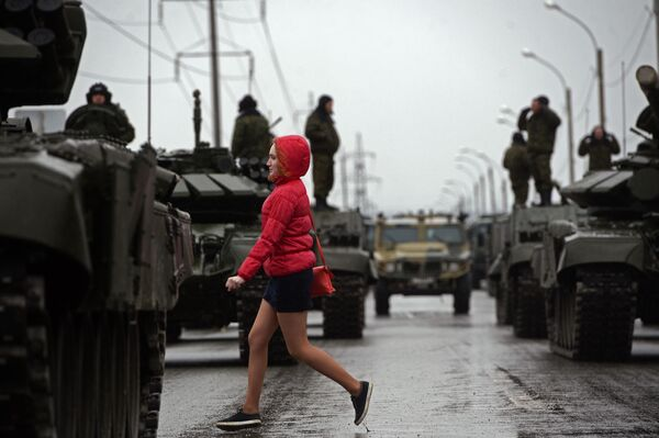 Cuộc tập luyện đầu tiên chuẩn bị cho diễu hành Ngày Chiến thắng ở Ekaterinburg - Sputnik Việt Nam