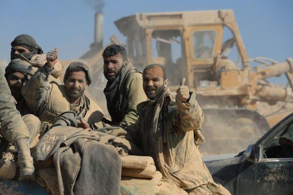 Binh sĩ quân đội Syria và dân quân ở ngoại ô thành phố Al-Qaryatayn, Syria - Sputnik Việt Nam