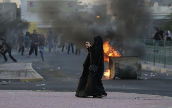 Người phụ nữ ghi hình hậu quả cuộc đụng độ giữa công lực và cư dân địa phương ở Bahrain - Sputnik Việt Nam