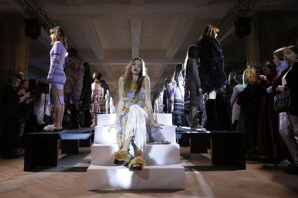Dàn người mẫu phô trương sáng tạo  của nhà thiết kế Lalo tại Tuần lễ Mốt thời trang Gruzia ở Tbilisi - Sputnik Việt Nam