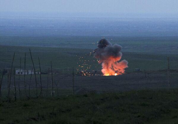 Những cột lửa và khói từ chiếc máy bay không người lái của Azerbaijan bị bắn rơi trong khu vực Nagorno-Karabakh - Sputnik Việt Nam