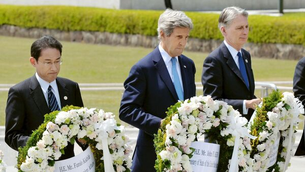 Ngoại trưởng Mỹ John Kerry, bộ trưởng ngoại giao  Nhật Bản Fumio Kishida và bộ trưởng ngoại giao Anh Philip Hammond tại Hiroshima - Sputnik Việt Nam