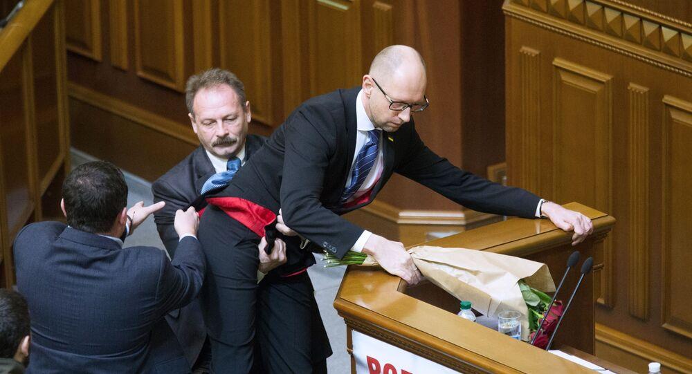Thủ tướng Ukraina Arseniy Yatsenyuk và nghị sĩ từ Khối Poroshenko Oleg Barna tại cuộc họp Quốc hội Ukraina