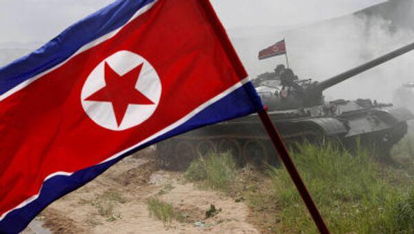 Cờ Bắc Triều Tiên đang bay trong cuộc tập trận quân sự ở Bắc Triều Tiên - Sputnik Việt Nam