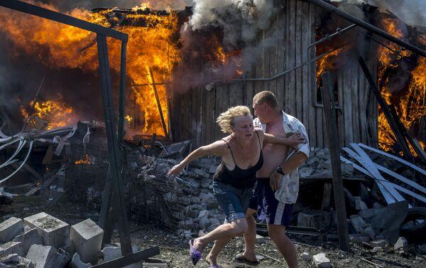 Cư dân địa phương được giải cứu khỏi đám cháy tại tỉnh Lugansk - Sputnik Việt Nam