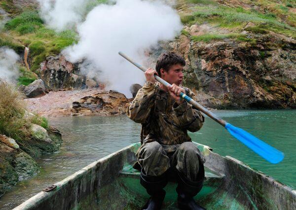 Thanh tra Thung lũng Geysers trong khu bảo tồn Kronotsky đi qua mach nước phun trào Bolshoi - Sputnik Việt Nam