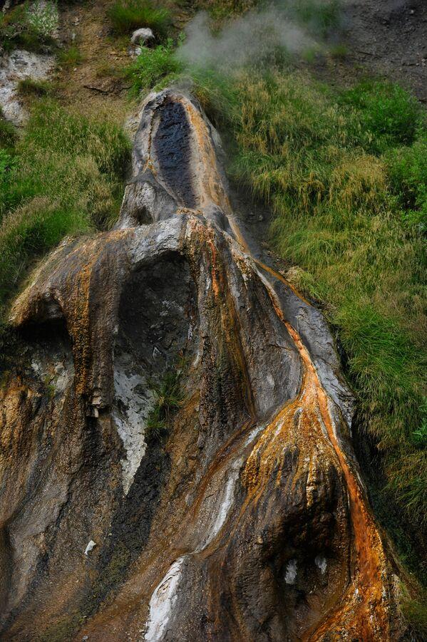 Mạch nước phun Idol trong Thung lũng Geysers tại Khu bảo tồn Kronotsky ở Kamchatka - Sputnik Việt Nam