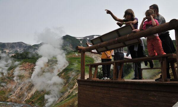 Khách du lịch ở đài quan sát tại Thung lũng Geysers trong Khu bảo tồn Kronotsky ở Kamchatka - Sputnik Việt Nam