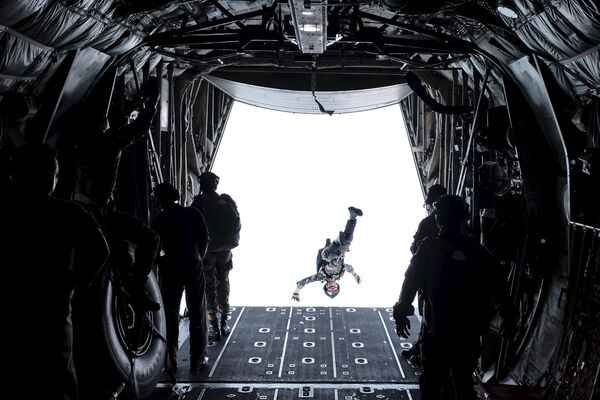 Quân nhân Lực lượng phản ứng nhanh của Indonesia chuẩn bị nhảy dù - Sputnik Việt Nam