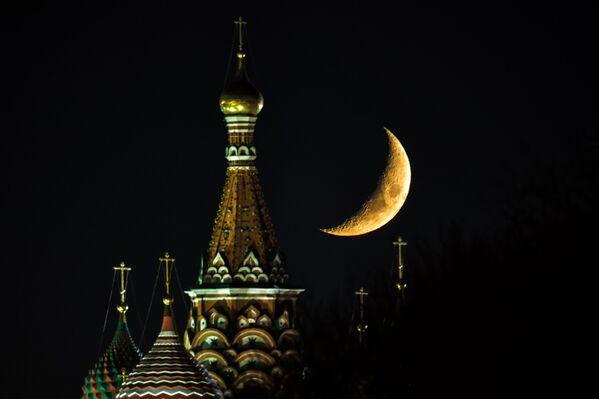 Trăng  trên nóc Giáo đường Vasily Blazhensky ở Quảng trường Đỏ Matxcơva. - Sputnik Việt Nam