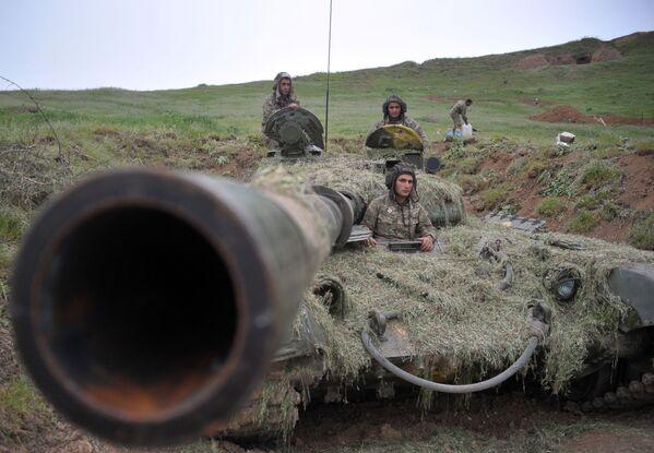 Binh sĩ lực lượng quốc phòng Nagornyi Karabakh trên tuyến đầu - Sputnik Việt Nam
