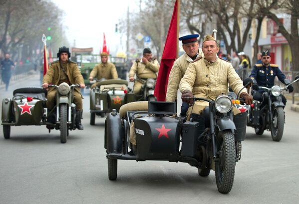 """Những người tham gia hoạt động """"Chặng đường của Chiến thắng"""" trên những  trang bị quân sự thời chiến ở Evpatoria - Sputnik Việt Nam"""