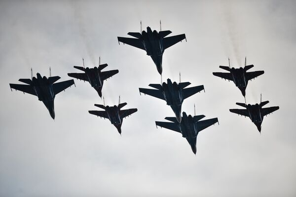MiG-29 và Su-27 của Không quân Nga tập luyện chuẩn bị cho duyệt binh kỉ niệm lần thứ 71 Chiến thắng trong Chiến tranh Vệ quốc Vĩ đại, - thao trường  Alabino ngoại ô Matxcơva. - Sputnik Việt Nam