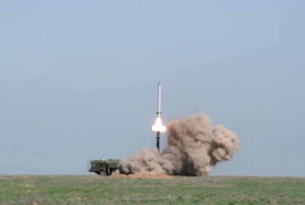 Iskander-M phóng tên lửa tại trường bắn ở tỉnh Astrakhan - Sputnik Việt Nam