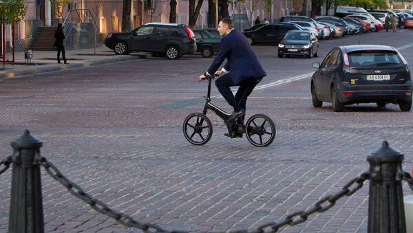 Thị trưởng Kiev Vitali Klitschko đi bằng xe đạp - Sputnik Việt Nam