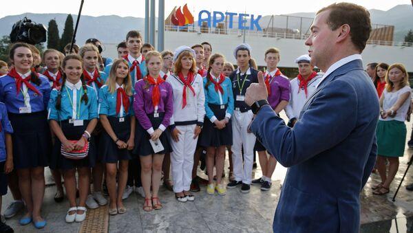 Thủ tướng Nga Dmitry Medvedev thăm trại hè Artek - Sputnik Việt Nam