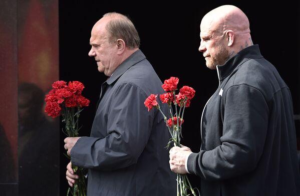 Lãnh đạo Đảng Cộng sản Gennady Zyuganov và võ sỹ Mỹ Jeff Monson trước lễ đặt hoa trước Lăng Lenin - Sputnik Việt Nam