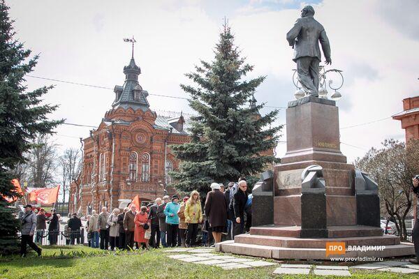 Những người cộng sản đặt hoa tại tượng đài lãnh tụ - Sputnik Việt Nam