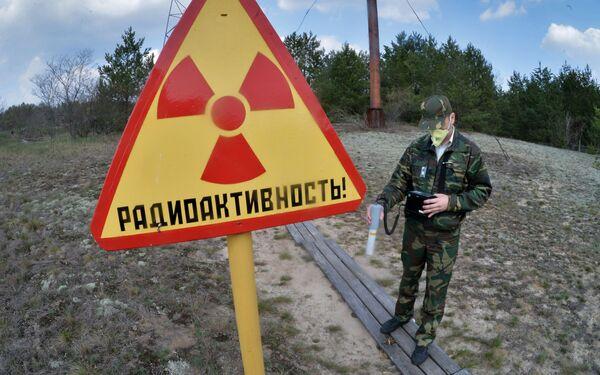 Nhân viên Vườn sinh thái và phóng xạ quốc gia Pelessky đo mức độ bức xạ tại khu vực khảo sát Masai - Sputnik Việt Nam