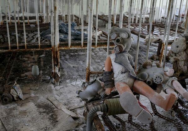 Búp bê đeo mặt nạ khí trong trường mẫu giáo bị bỏ hoang sau vụ tai nạn nhà máy điện hạt nhân Chernobyl - Sputnik Việt Nam