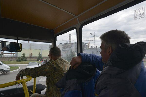 Công nhân đi qua những tàn tích của lò phản ứng số 4 nhà máy điện hạt nhân Chernobyl - Sputnik Việt Nam